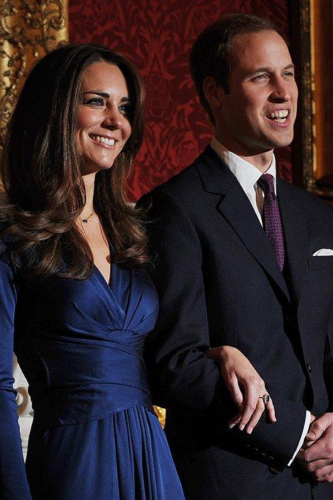 Le prince William et sa fiancée lors de l'annonce officielle de leurs fiançailles, le 16 novembre 2010. Kate porte la bague de saphir et de diamants que la mère de William, Lady Diana, avait reçue du prince Charles, lors de leurs fiançailles, en 1981.