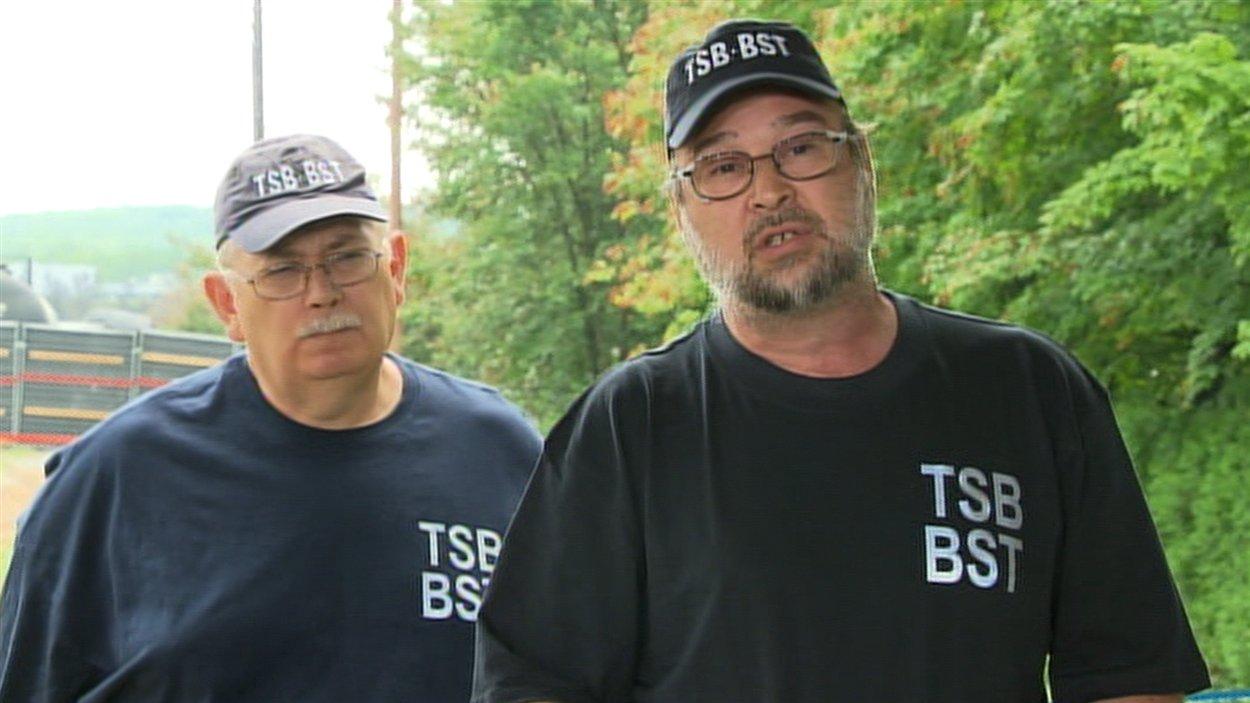 Donald Ross, enquêteur du Bureau de la sécurité des transports (gauche) et Ed Belkaloul, gestionnaire des opérations de la région de l'Est (gauche), à Lac-Mégantic le 19 juillet 2013
