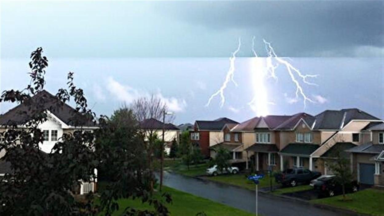 Des éclairs ont frappé dans le quartier Orléans, à Ottawa, durant l'orage.
