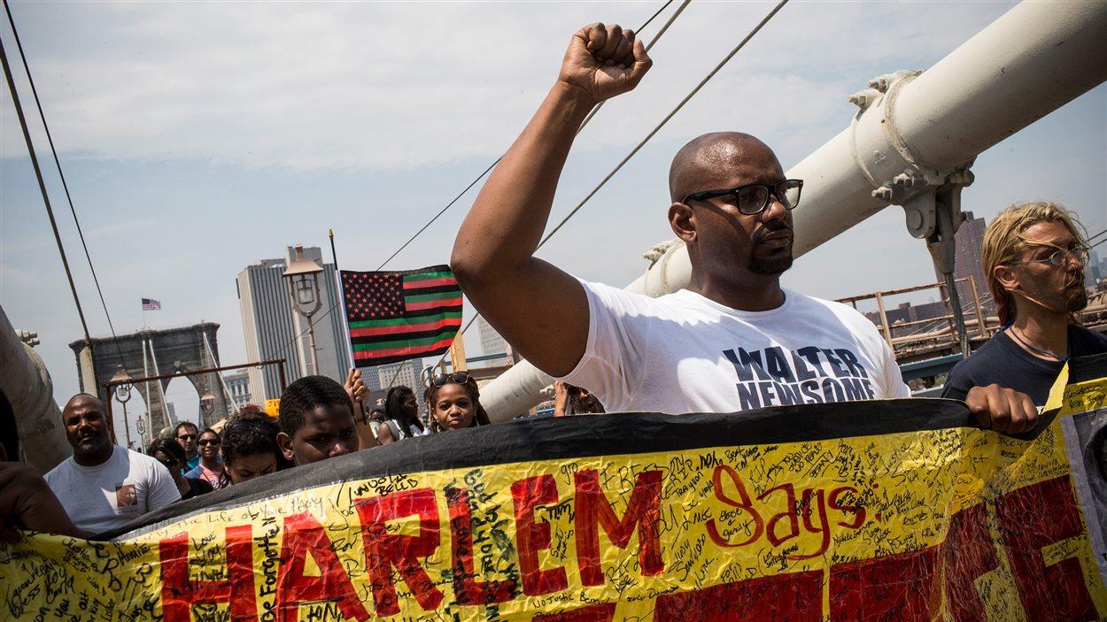 Des manifestants sur le pont de Brooklyn
