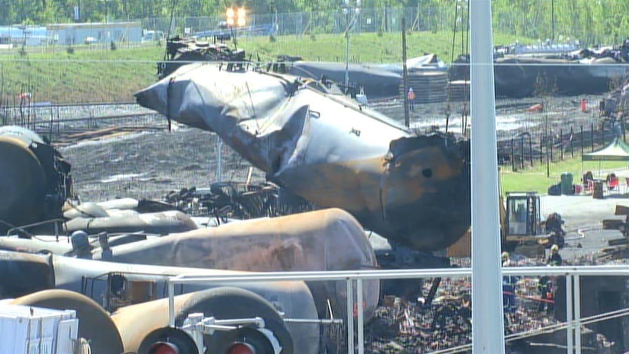 Des wagons-citernes sont déplacés sur le site de l'explosion, à Lac-Mégantic, le 21 juillet.