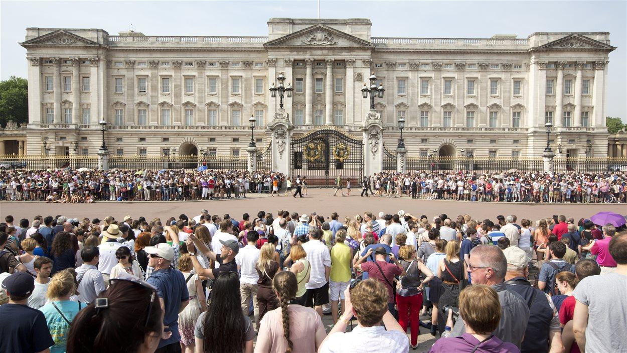 La foule devant le palais royal à Londres