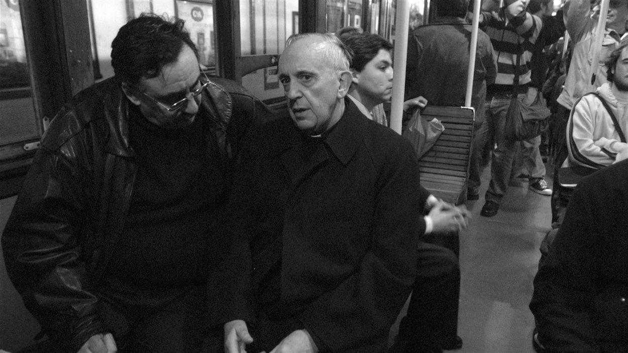 Le cardinal Jorge Mario Bergoglio dans le métro de Buenos Aires
