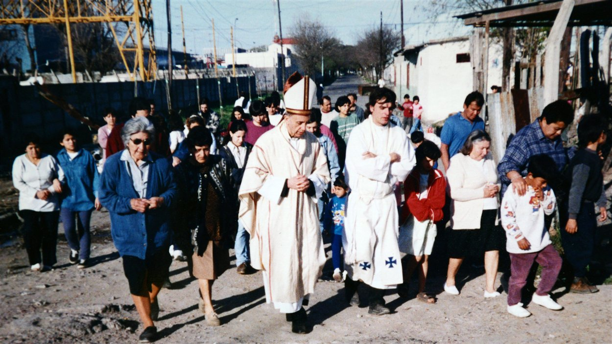 Jorge Mario Bergoglio, alors archevêque, visite le bidonville Villa 21-24, à Buenos Aires, en compagnie du père José Maria de Paola (à sa droite), en 1998.