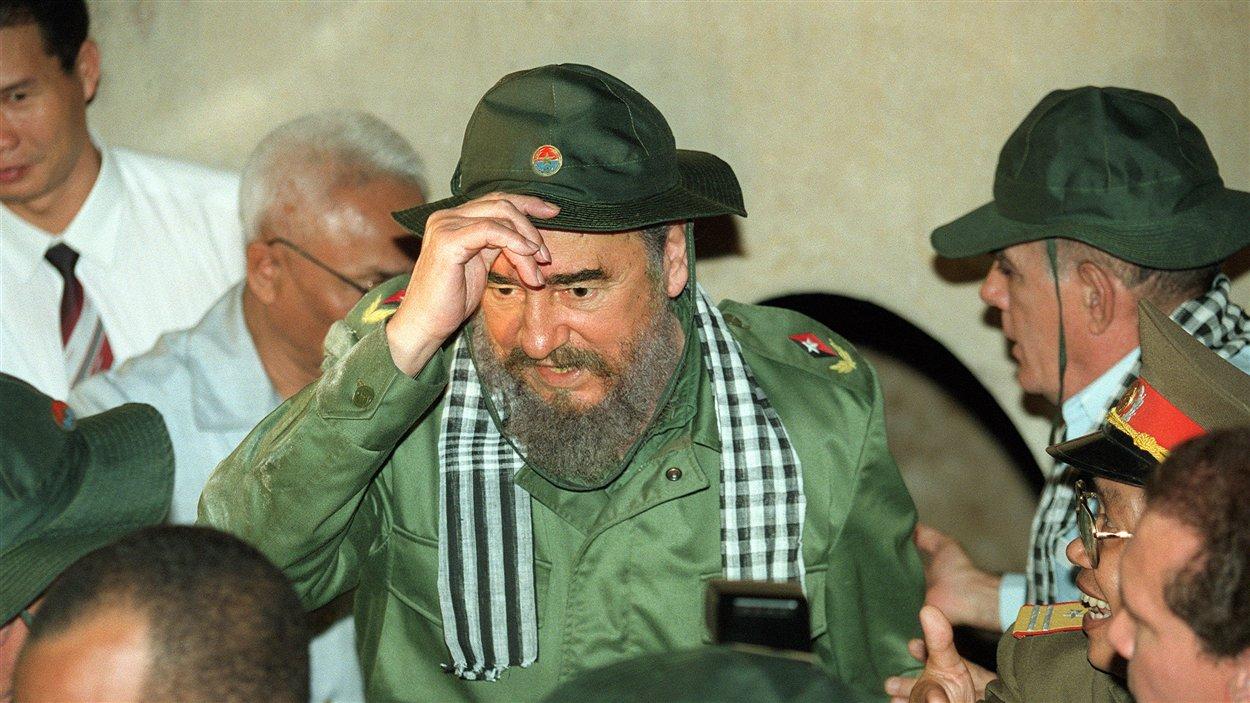 (11 décembre 1995) : Le président cubain ajuste son chapeau vietcong, après avoir tenté d'entrer l'un des fameux tunnels de Cu Chi, dont se sont servies les forces communistes durant la guerre du Vietnam.