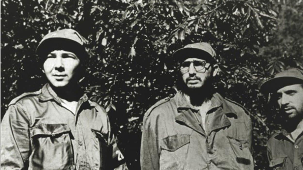 Fidel Castro (centre), son frère Raul (à gauche) et le responsable de la guérilla, Rene Ramos Latour, dans les Sierra Maestra, à Cuba.