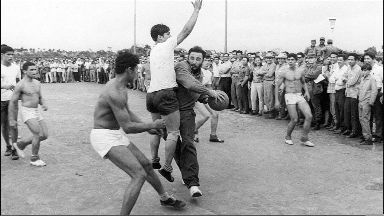 (1970) Le leader cubain Fidel Castro joue au basketball avec des étudiants de l'école secondaire Ceiba, près de La Havane.