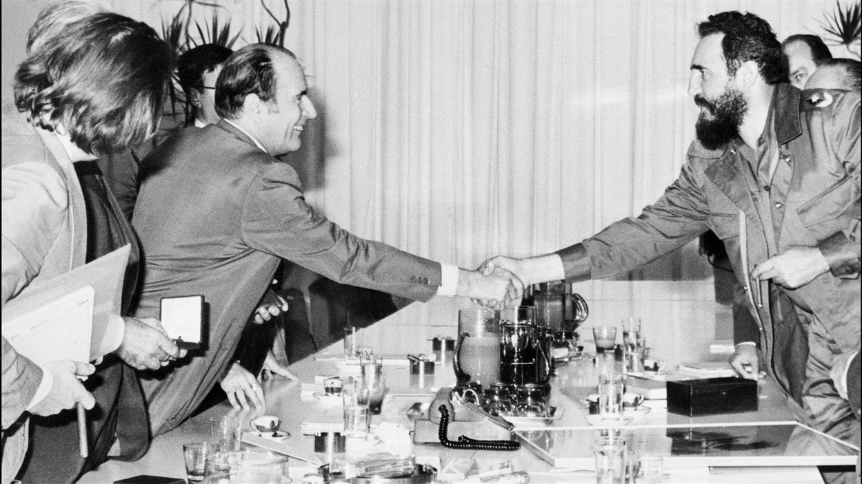 (Décembre 1974) Le président français François Mitterrand rencontre le leader cubain lors de sa visite à Cuba.