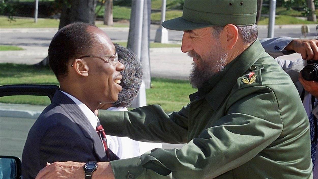 (17 juillet 2001) Le président haïtien Jean-Bertrand Aristide est accueilli par le président Castro en terre cubaine.