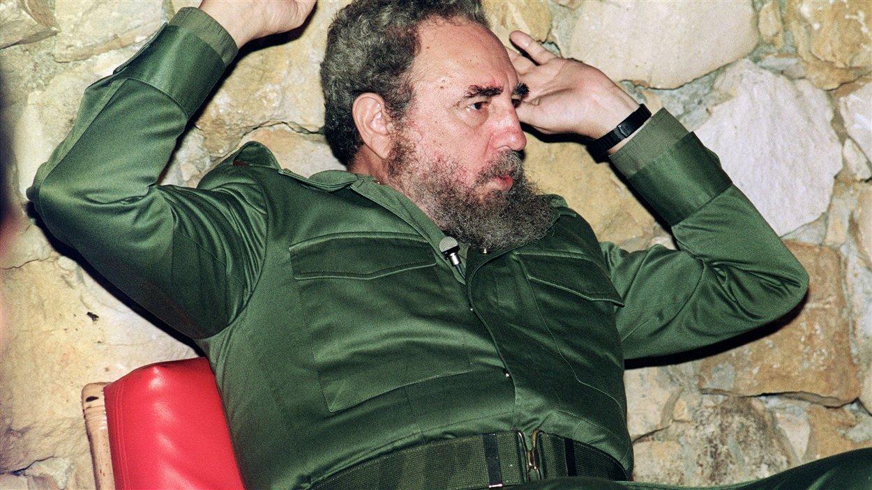 (18 avril 1990) Avec sa fougue habituelle, le président Fidel Castro donne une conférence de presse pour des journalistes japonais, à La Havane.