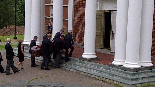 Les funérailles du peintre Alex Colville sont célébrées à la chapelle de l'Université Acadia, en Nouvelle-Écosse.