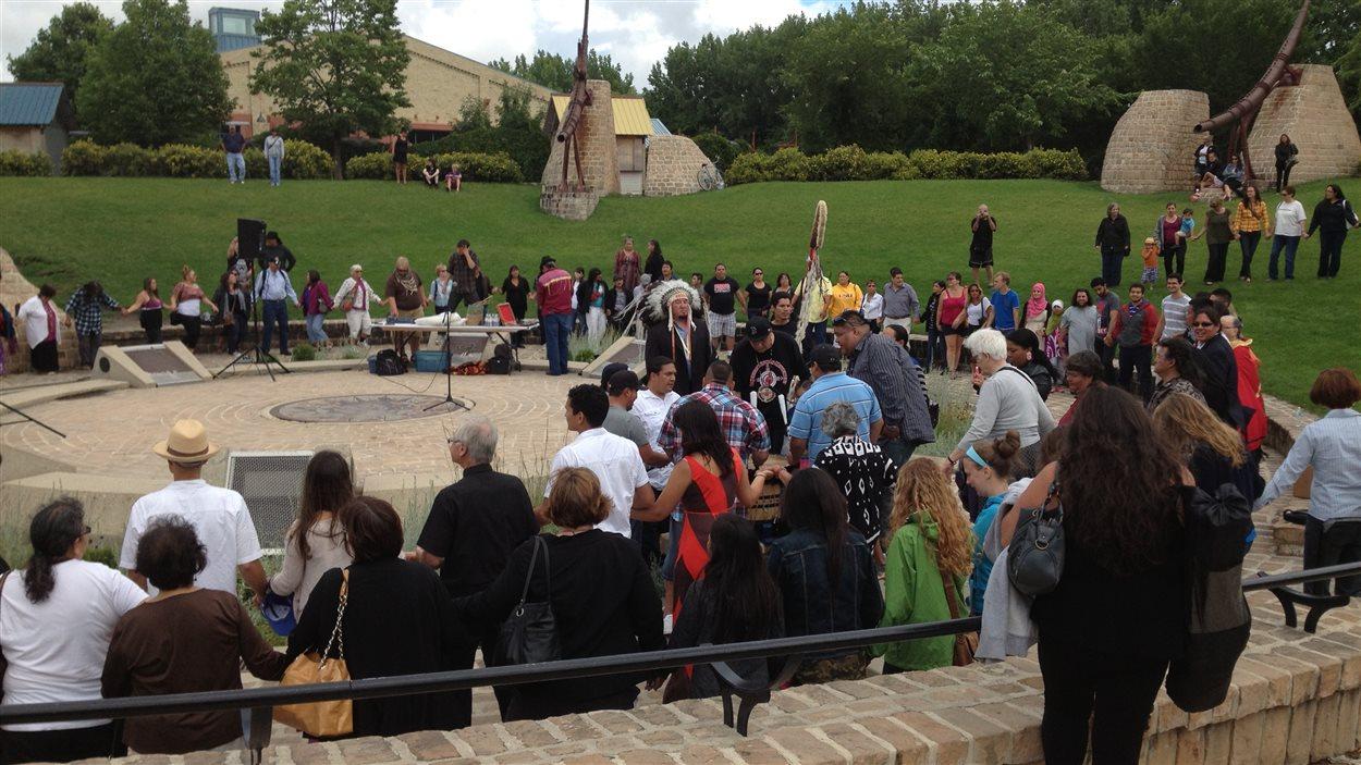 Des participants à l'événement Honour the Apology sont réunis à l'Oodena Celebration Circle à La Fourche, à Winnipeg, le 25 juillet 2013.