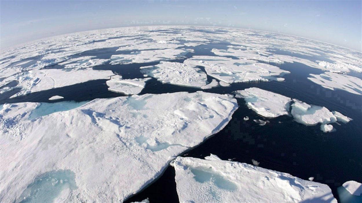 Fonte des glaces arctiques telle que vue du pont du brise-glace canadien Louis S. St-Laurent.