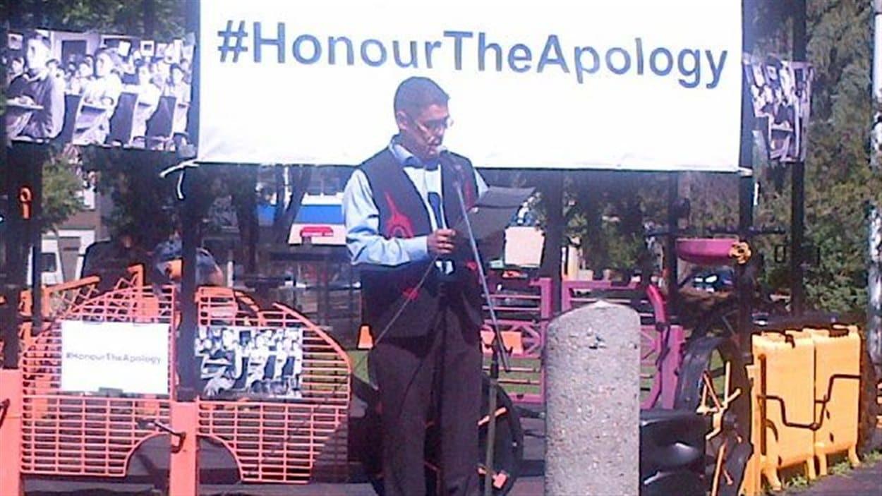 Un homme prend la parole durant l'événement Honour the Apology au parc Beaver Hills House d'Edmonton, le 25 juillet 2013.