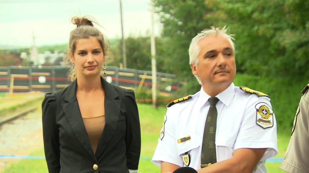 La porte-parole du Bureau du coroner Geneviève Guilbault et l'inspecteur de la Sûreté du Québec Michel Forget, à Lac-Mégantic, le 26 juillet 2013