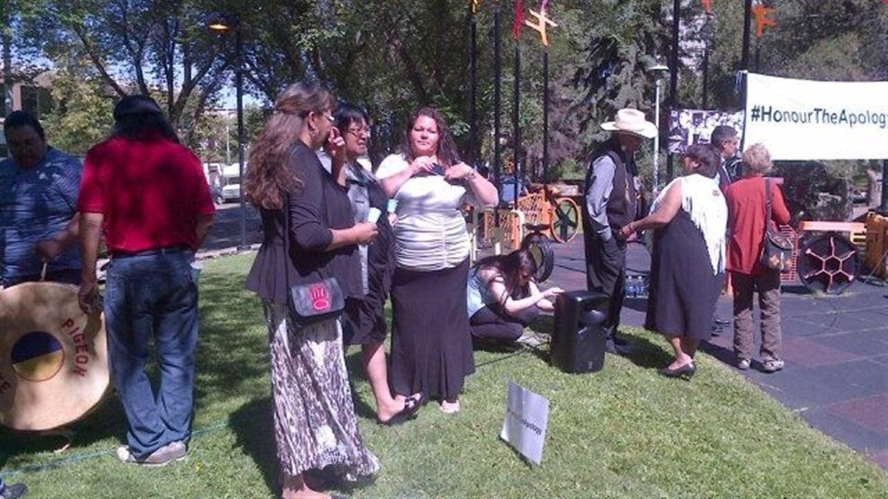 Des participants à l'événement Honour the Apology sont réunis à Edmonton le 25 juillet 2013.