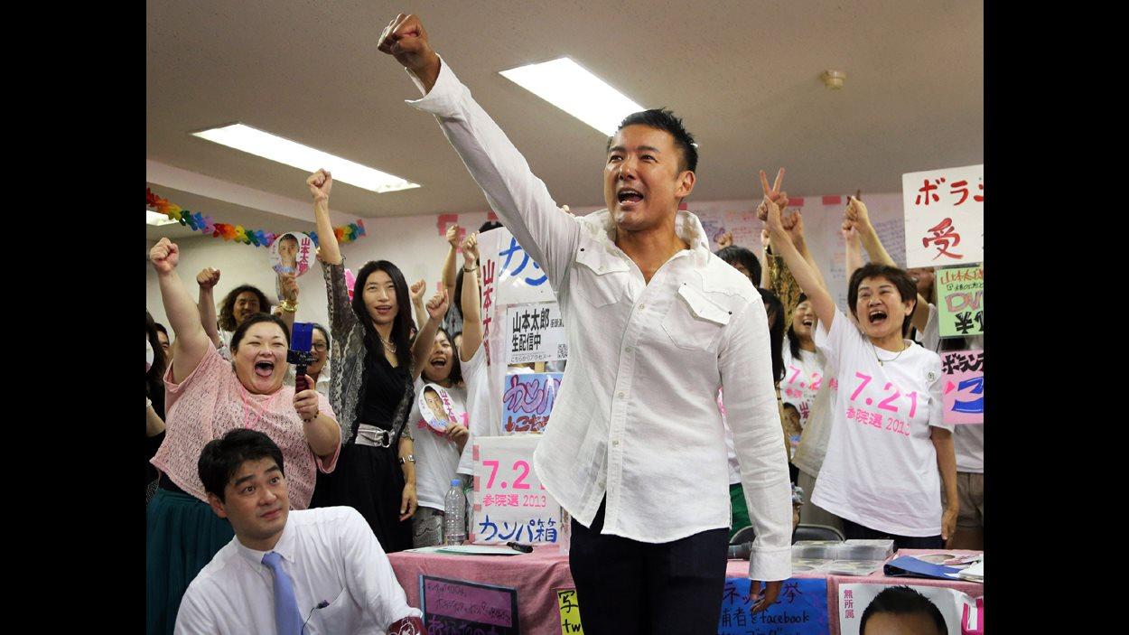 Le 21 juillet 2013, aux élections sénatoriales japonaises, le militant anti-nucléaire Taro Yamamoto remporte 11,4 % des suffrages. | ©AFP/Jiji press Japan out