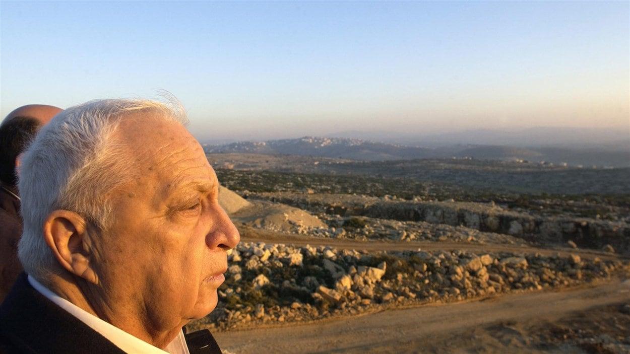 (8 janvier 2003) Une photo livrée par Israël montre le premier ministre jetant un regard sur la « ligne verte », qui définit les territoires palestiniens et israéliens depuis le cessez-le-feu de 1967.