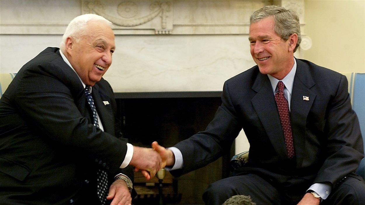 (10 juin 2002) Le président américain George W. Bush souhaite la bienvenue au premier ministre israélien Ariel Sharon dans le bureau ovale, à Washington.