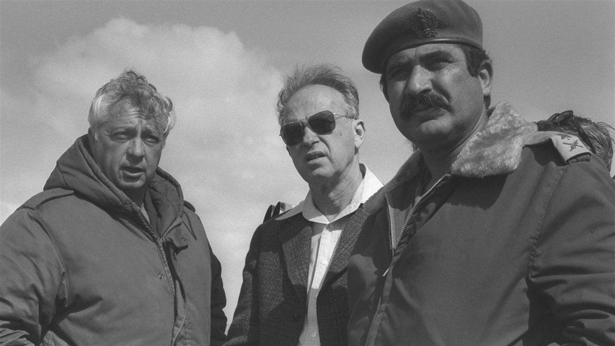 (19 février 1976) Le premier ministre israélien de l'époque, Yitzhak Rabin, en compagnie d'Ariel Sharon et d'Aluf Yekutiel Adam, dans le camp de Tassa dans la péninsule du Sinaï, en Égypte.