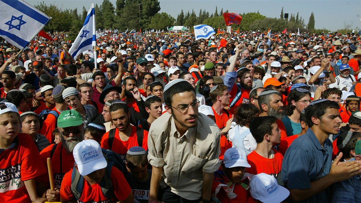 (26 octobre 2004) Des colons israéliens manifestent devant la Knesset afin de dénoncer le plan de retrait de la bande de Gaza que le premier ministre Ariel Sharon veut entreprendre, après 37 ans d'occupation du territoire.