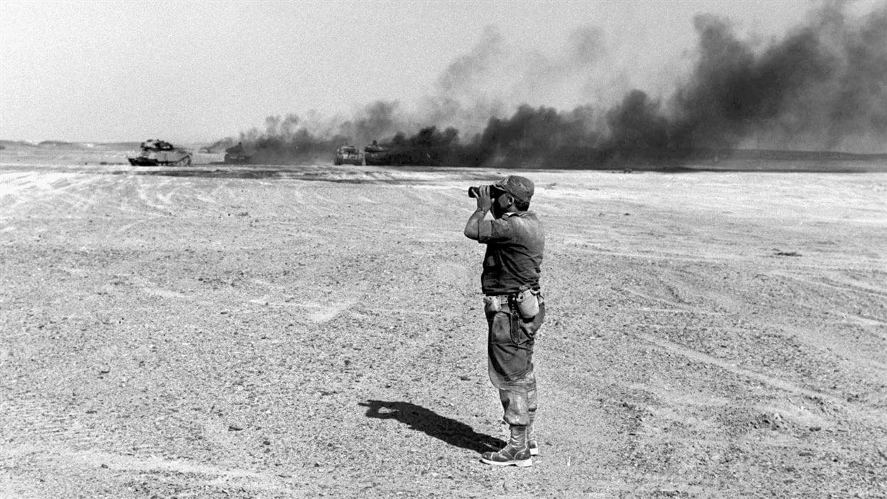 (8 juin 1967) Le général Ariel Sharon surveille de loin une attaque aérienne contre les forces égyptiennes durant la guerre des Six Jours.