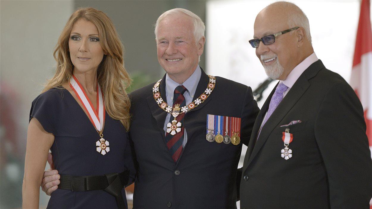 Céline Dion a reçu l'insigne de compagnon de l'Ordre du Canada, tandis que René Angelil a reçu l'insigne de membre de l'Ordre du Canada  des mains du gouverneur général du Canada, David Johnston.