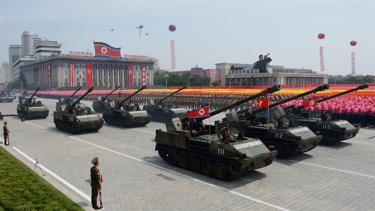Des chars défilent dans les rues de Pyongyang.