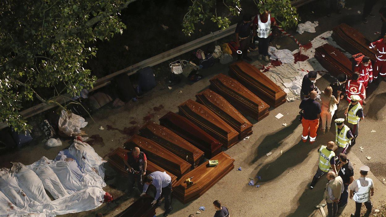 Des dépouilles sont mises en cercueil après le renversement d'un autocar dans le sud de l'Italie.