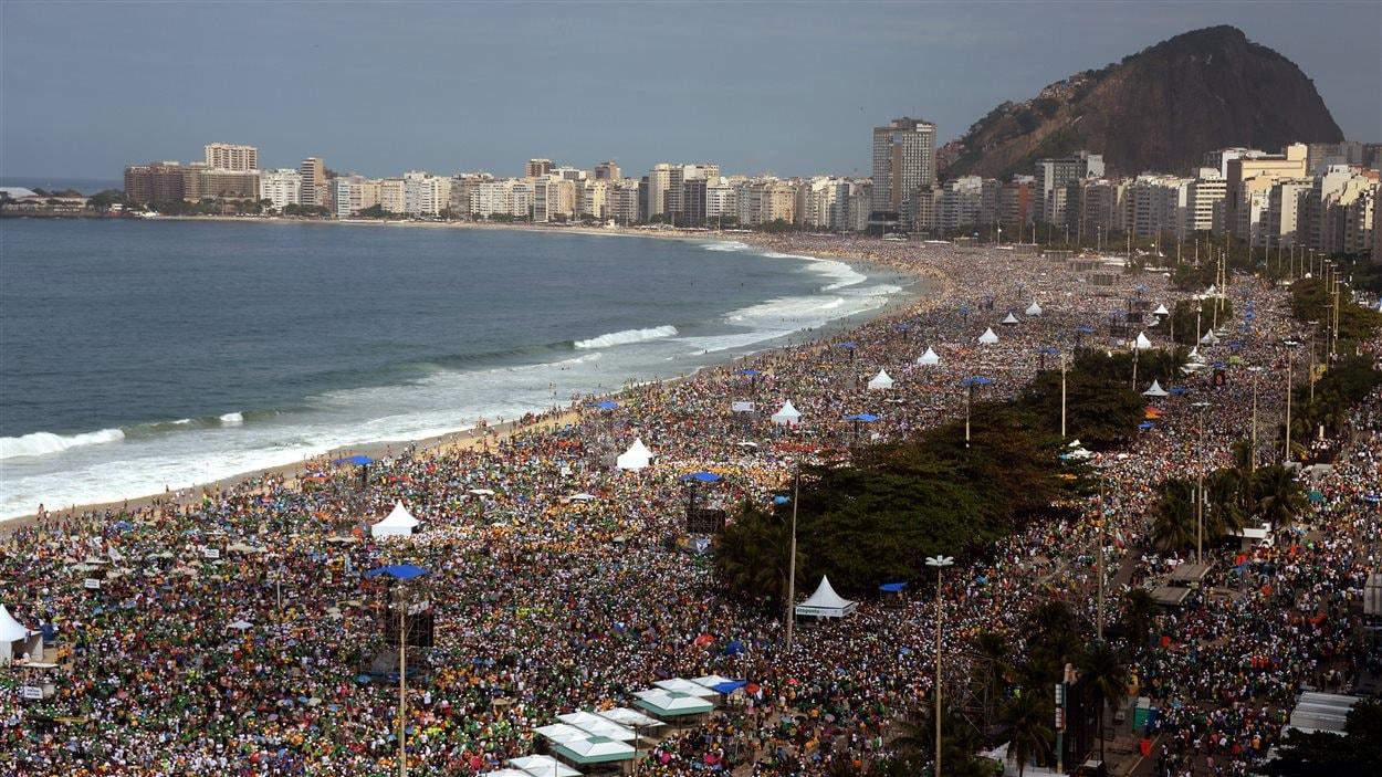 Des millions de pèlerins assistent à la messe sur la plage de Copacabana, le 28 juillet.