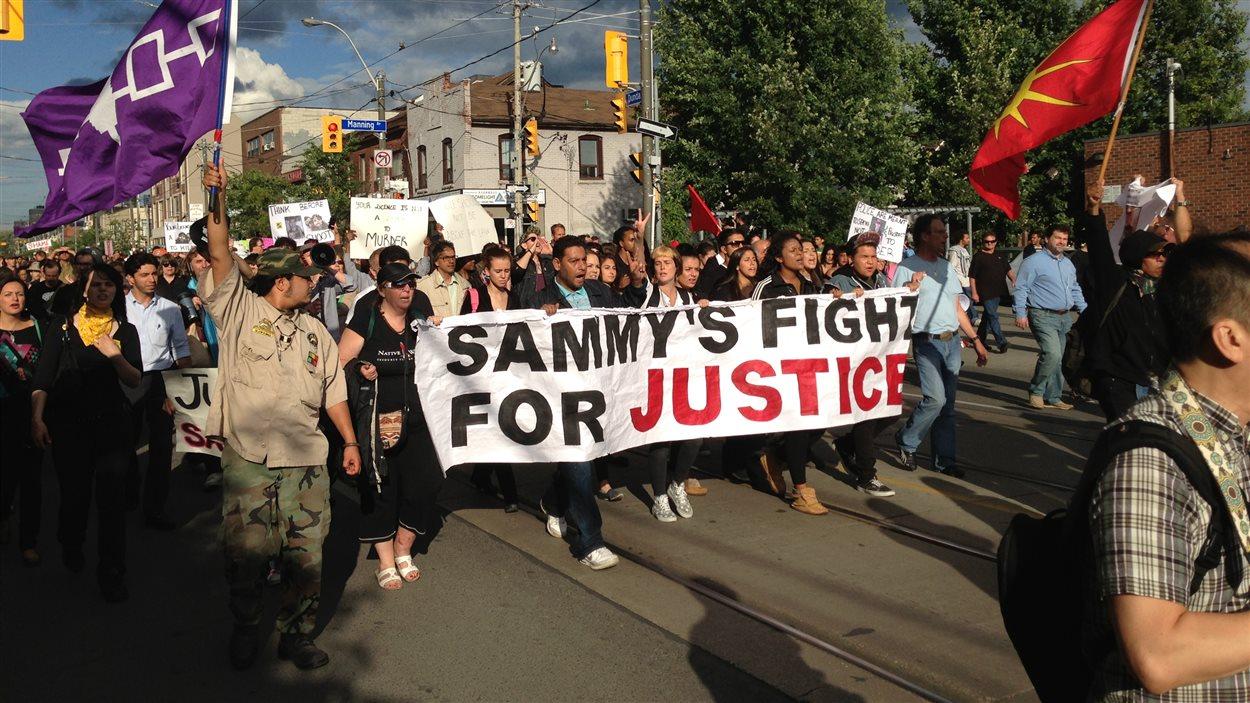 Les manifestants ont défilé au centre-ville de Toronto pour dénoncer l'intervention policière lors de laquelle un adolescent est mort.