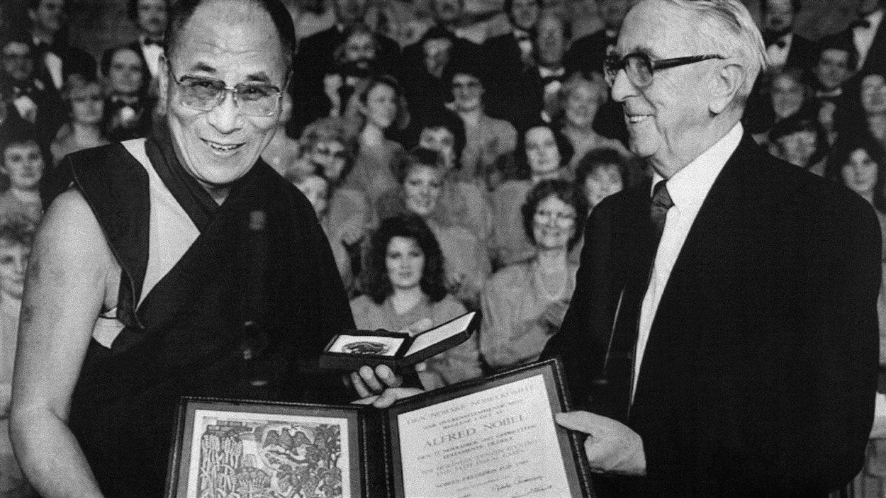 (10 décembre 1989) Le leader spirituel des Tibétains reçoit le prix Nobel de la paix des mains du président du comité, Egil Aarvik.