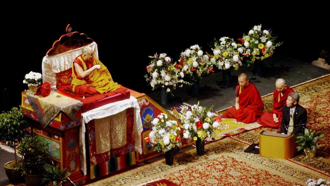 (18 avril 2004 ) À Vancouver, au Canada, le leader spirituel tibétain commence son séjour en sol canadien avec une session de quatre jours de lecture.