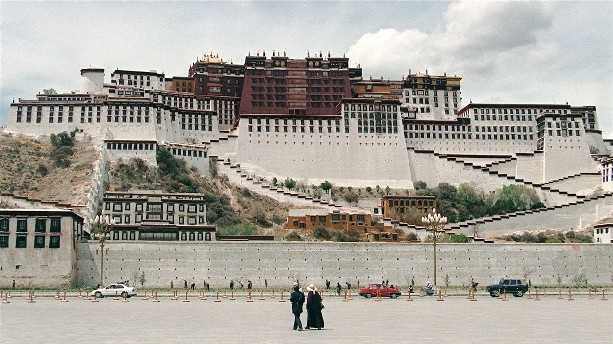 (29 mai 1997) Des touristes regardent le palais de Potala, au coeur de Lhassa, près de 40 ans après la fuite du dalaï-lama en Inde.