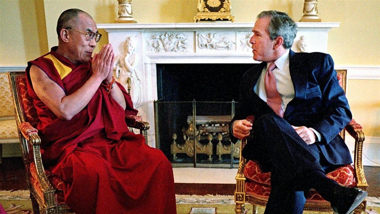 (23 mai 2001) Le président américain Geoge W. Bush accueille le dalaï-lama à la Maison-Blanche, malgré les protestations de Pékin. Le républicain dit supporter les « efforts soutenus du dalaï-lama pour entamer un dialogue avec les autorités chinoises ».