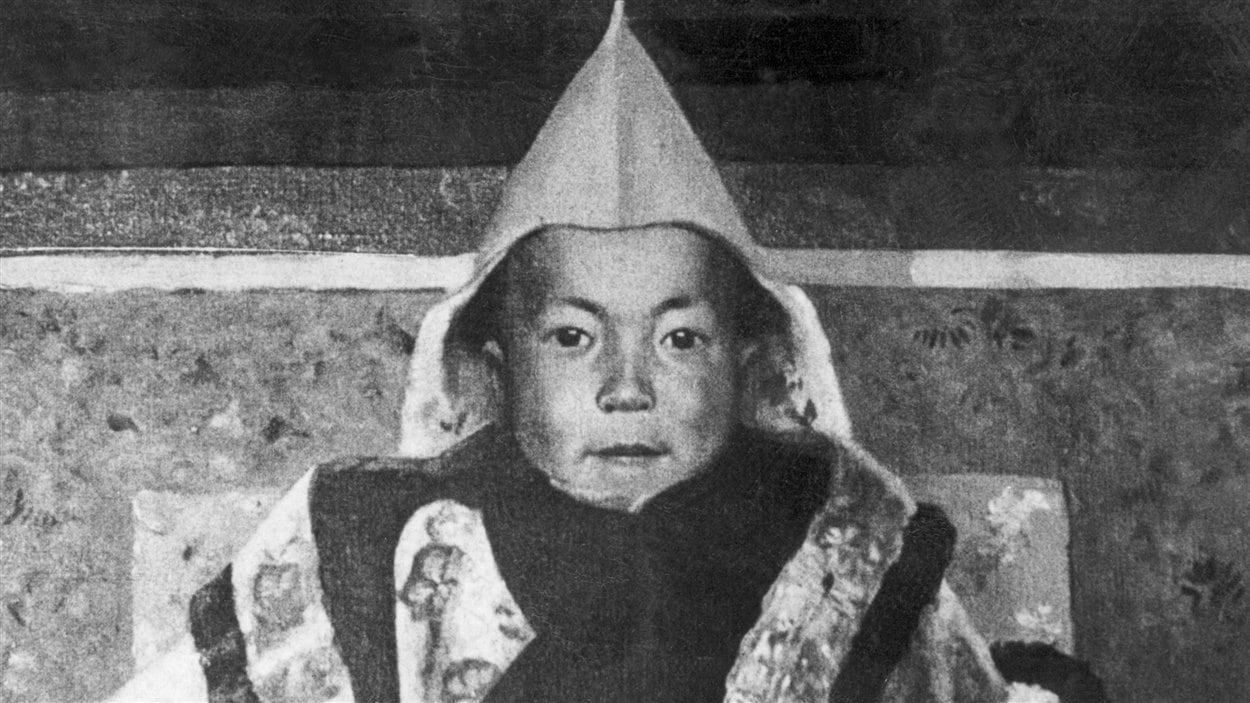 Une peinture de l'artiste Kanwal Krishna montre le jeune Tenzin Gyatso, vraisemblablement âgé de 4 ans.