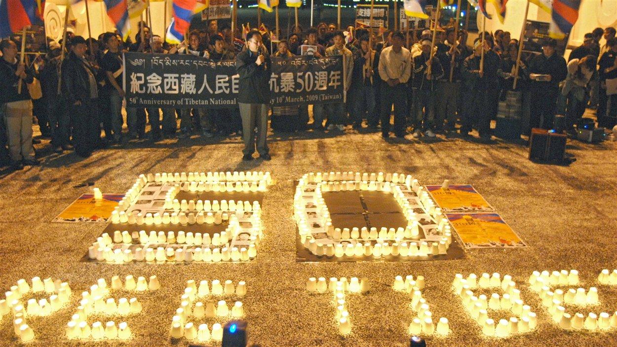 (10 mars 2009) À Taipei, en sol taïwanais, plus d'une centaine de sympathisants à la cause tibétaine commémorent le 50e anniversaire de la révolte du 10 mars 1959, à Lhassa, qui a mené à l'exil du dalaï-lama.