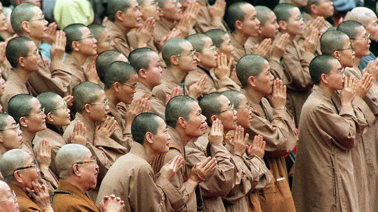 (25 mars 1997) À Taïwan, un groupe de moines et de religieuses joignent les mains - un rituel bouddhiste - afin de souhaiter la bienvenue au dalaï-lama.