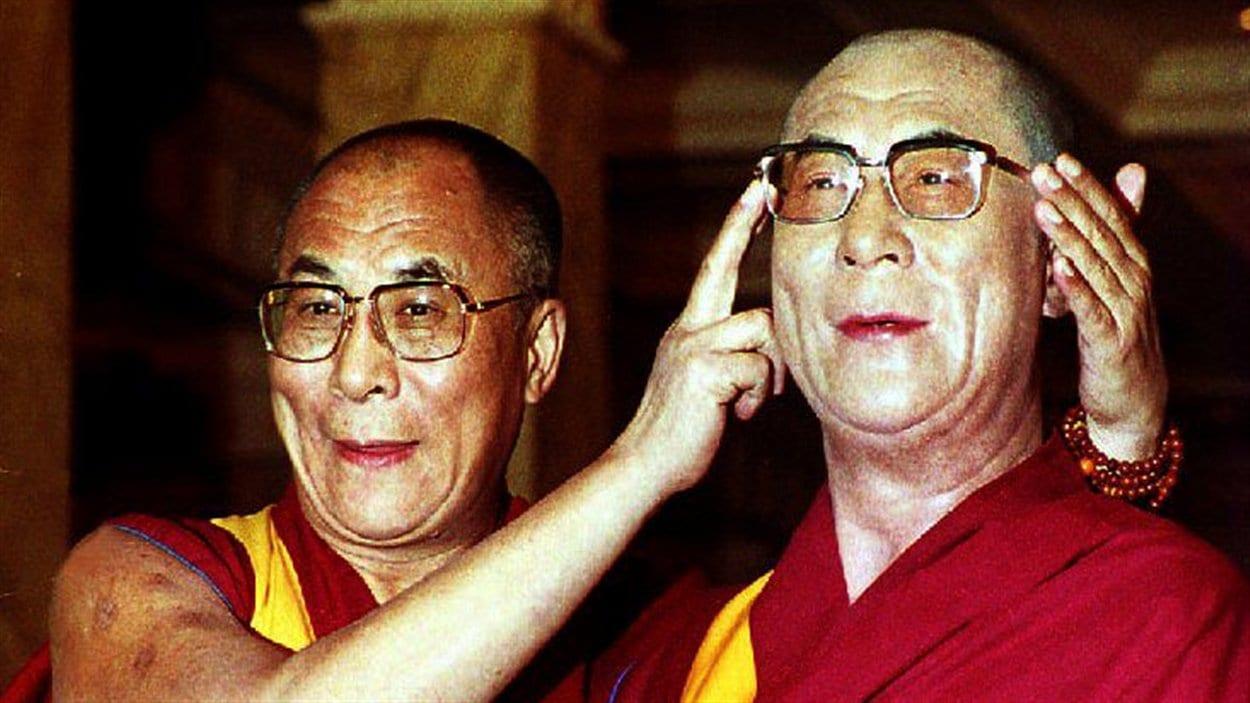 (1er novembre 1993) Le dalaï-lama pose avec sa statue de cire au musée de Madame Tussaud, à Londres. Il a apporté l'une de ses propres paires de lunettes pour l'offrir à son jumeau de cire.