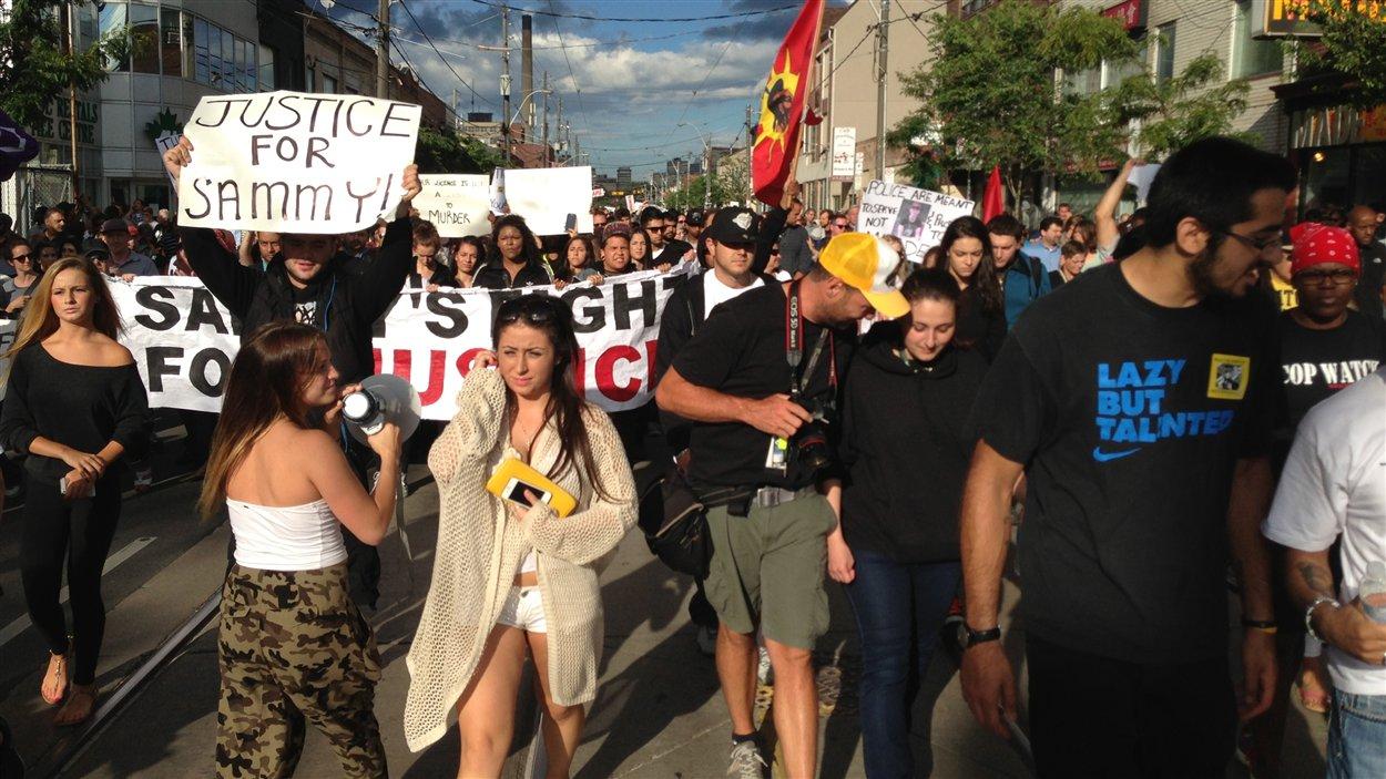 Les manifestants défilent sur la rue Dundas.