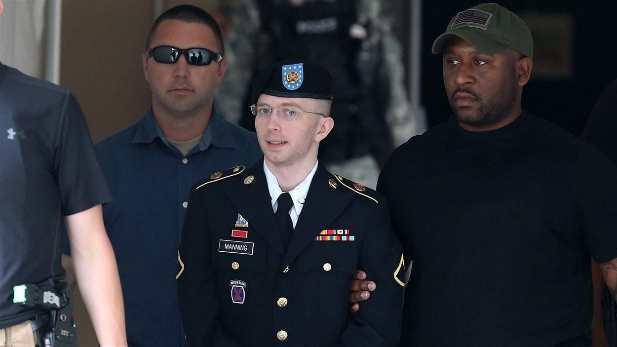 Bradley Manning est escorté à sa sortie de la cour martiale, après le prononcé de la sentence.