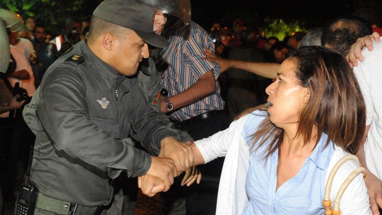 La police utilise la force pour disperser la manifestation à Rabat.