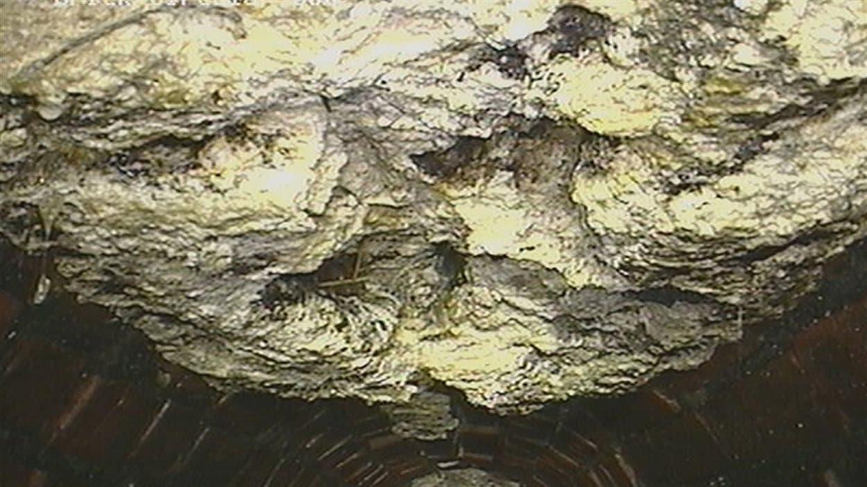 Un amoncellement de graisse et de lingette pour bébés s'est formé dans un égout, en banlieue de Londres