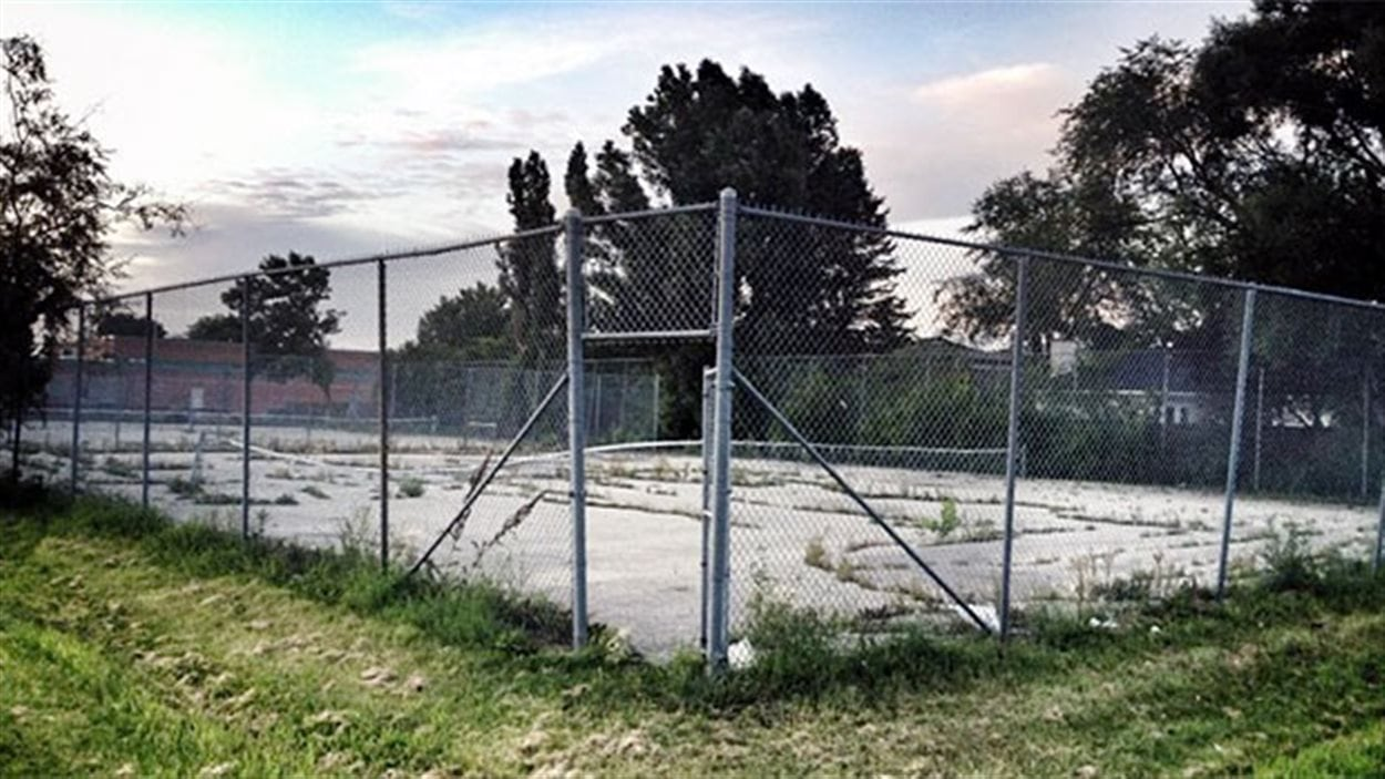 Le terrain de tennis près de la piscine Margaret Grant, sur la promenade Dalhousie, dans le quartier Fort Richmond