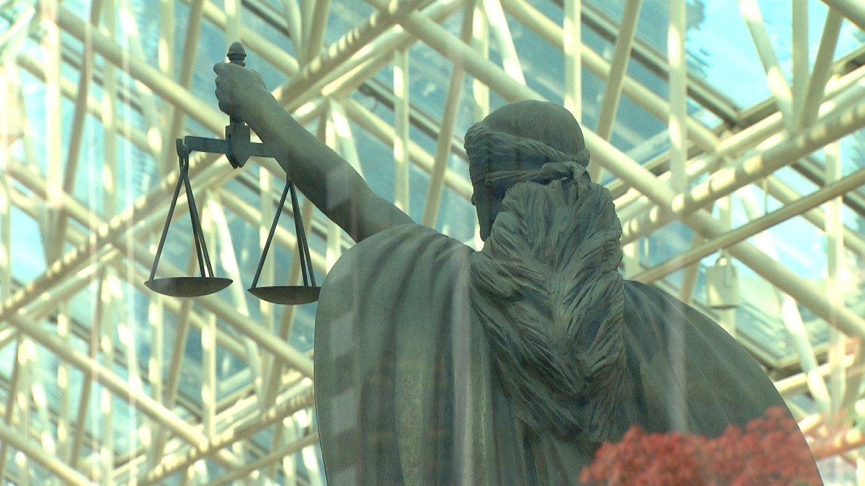 Une statue de la déesse de la justice