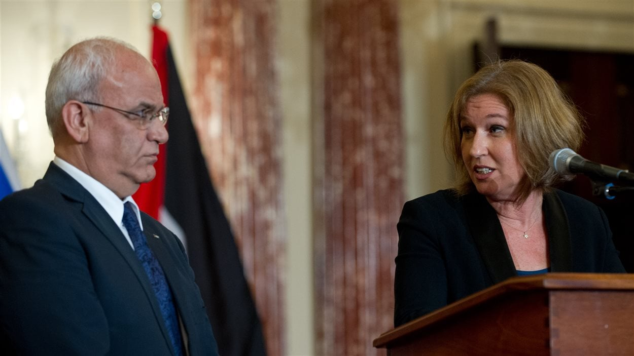 (30 juillet 2013) Les négociateurs israélien Tzipi Livni et palestinien Saëb Erakat lors de l'annonce de la reprise des pourparlers de paix.