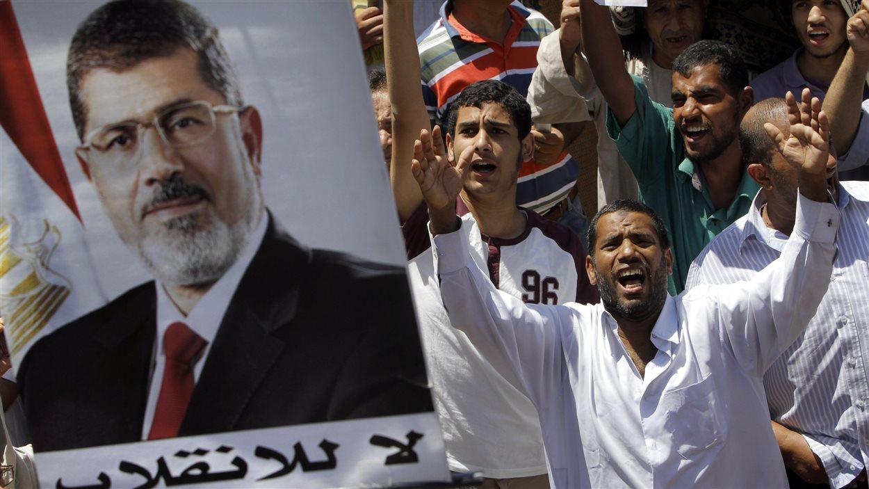 Des partisans du président renversé Mohamed Morsi, rassemblés vendredi à la place Nahda.
