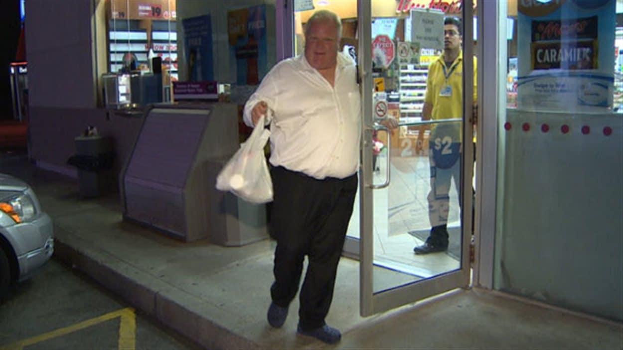 Le maire de Toronto, Rob Ford, quittant une station-service d'Etobicoke vers 1 h du matin, samedi