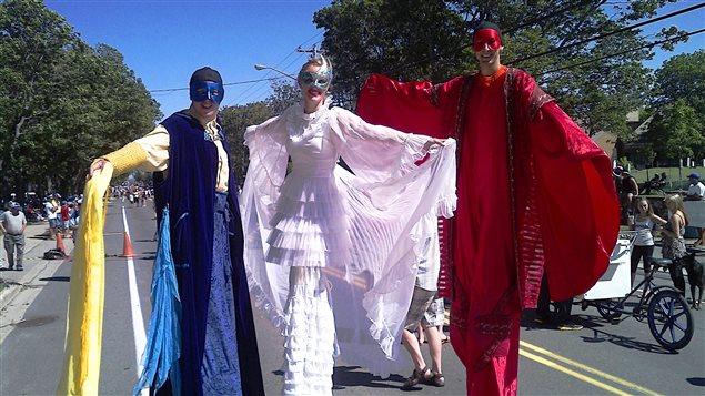 Des costumes de toutes sortes au tintamarre de Caraquet, au Nouveau-Brunswick