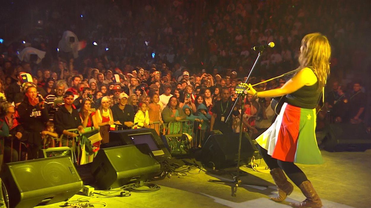 Lisa LeBlanc sur la scène du grand spectacle à Saint-Quentin, au Nouveau-Brunswick